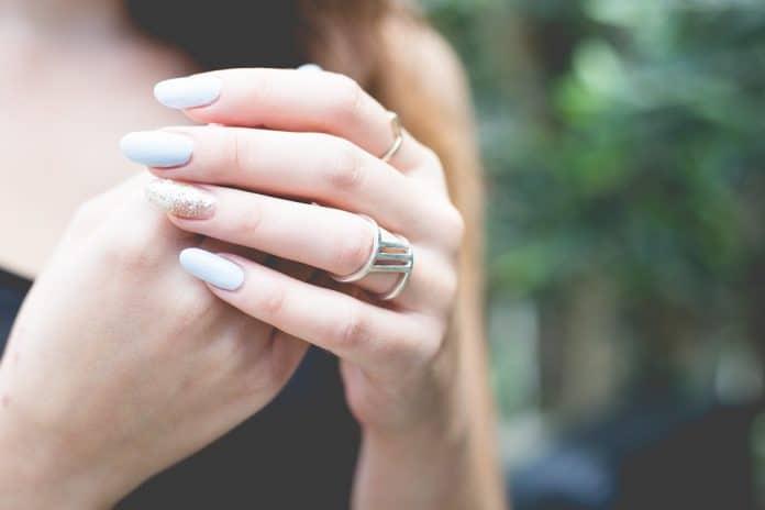 Comment enlever des faux ongles proprement