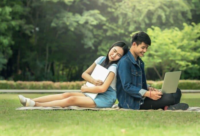adolescents amoureux dans un parc