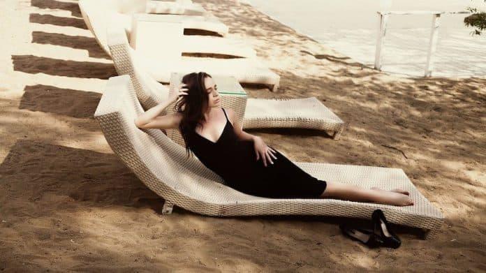 femme portant robe noire avec bonnes chaussures
