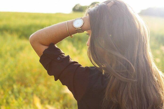 femme qui porte une montre apres l'avoir choisi