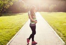 Une femme enceinte qui porte des baskets