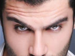 Un homme au regard attirant
