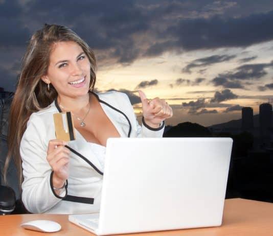 Une cliente satisfaite d'un achat en ligne