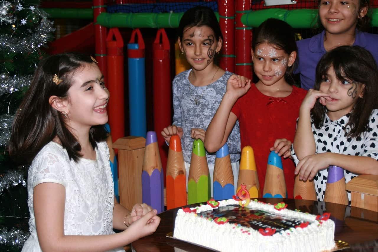 Une fille qui fête ses 9 ans avec ses amis