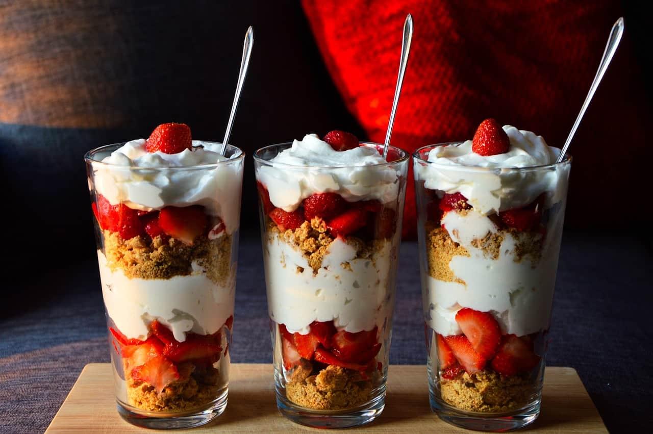 Un dessert avec des fraises