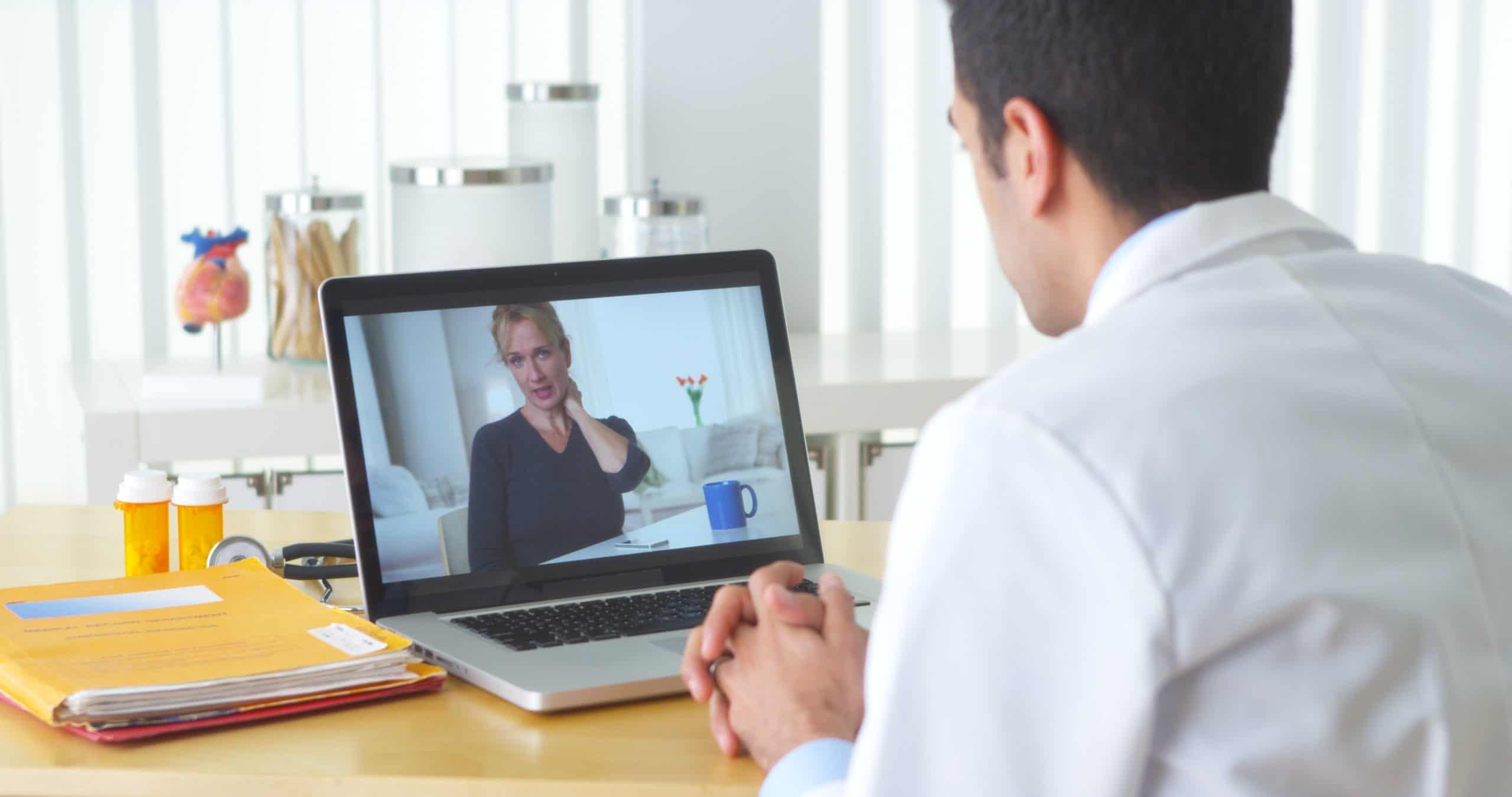 Un docteur qui fait un appel vidéo à une femme