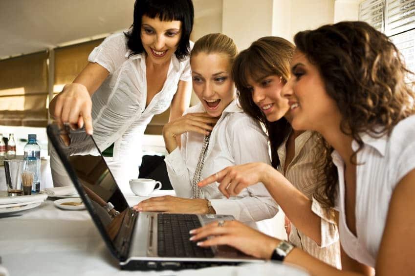 Un groupe de femmes qui regardent des produits en ligne