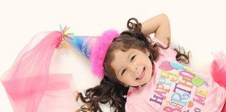 Une petite fille heureuse le jour de son anniversaire