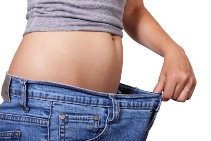 Une femme qui surveille son poids sur la balance
