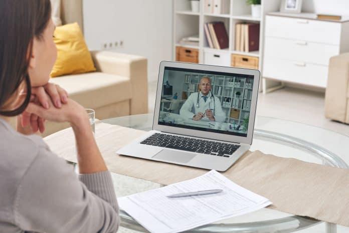 Un docteur et une femme qui font un appel vidéo