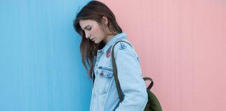 Une jeune fille qui porte une veste en jean