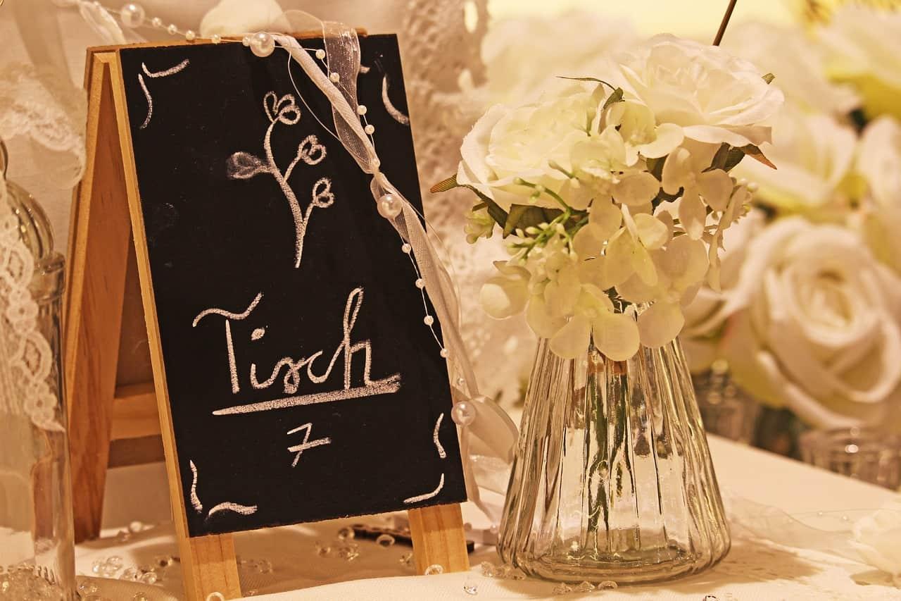 Une carte de table de mariage