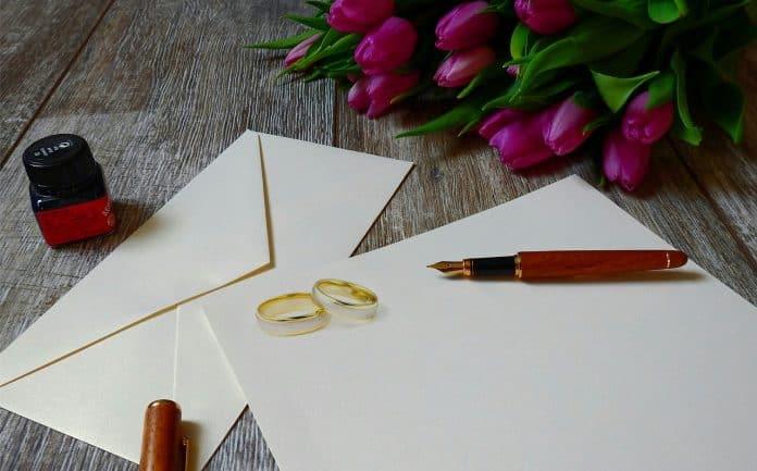 Des enveloppes et deux alliances