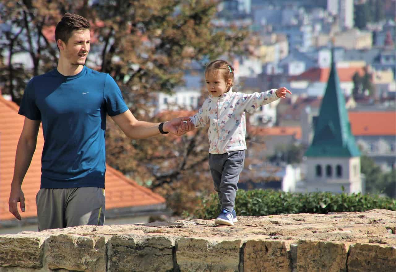Un homme qui joue avec un enfant
