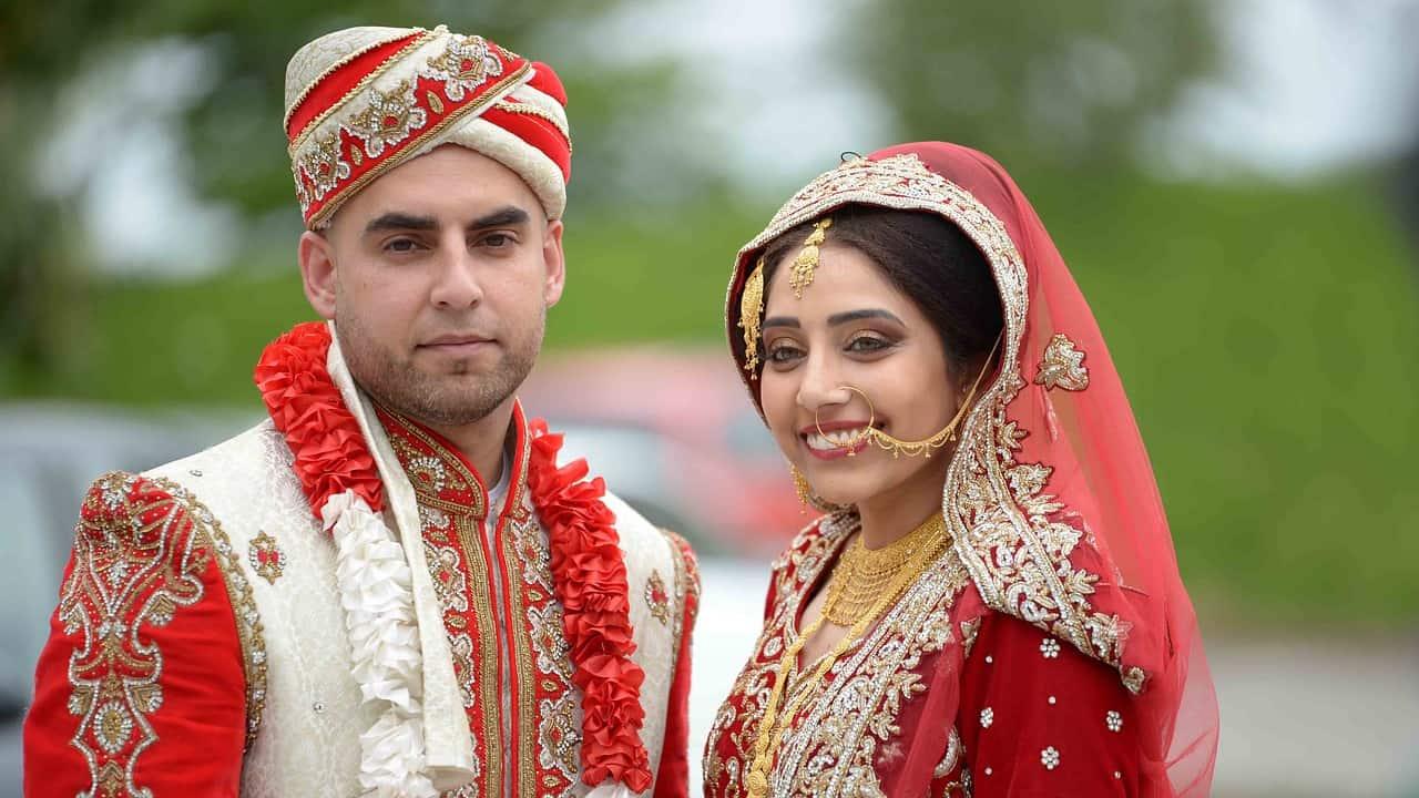 Un homme et une femme en tenue de mariage