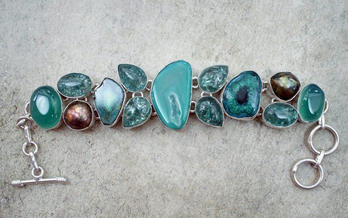 Un bracelet de pierres démesurées colorées
