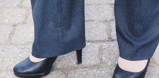 des escarpins portés avec un tailleur pantalon