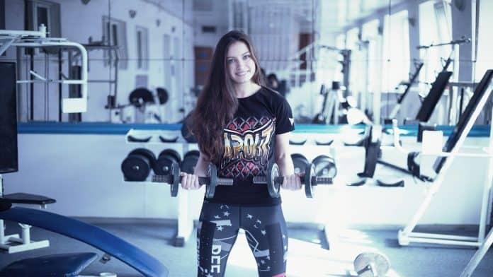 Une femme qui porte un legging anti-cellulite