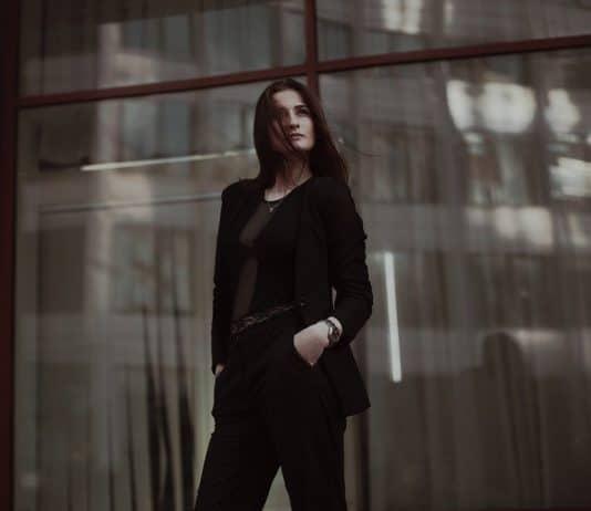 une femme qui porte un tailleur pantalon