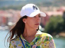une femme portant une casquette