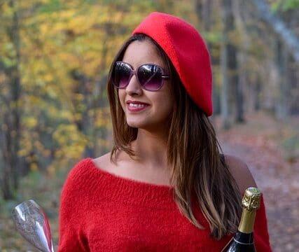 Une femme qui porte un beret en automne