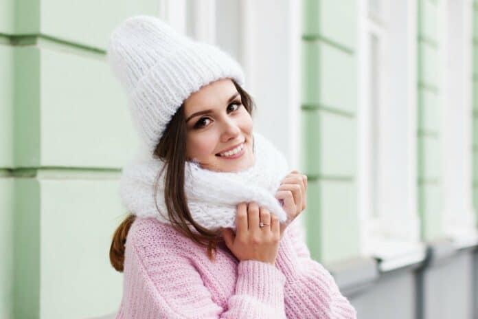 une femme portant un bonnet assorti avec une echarpe en hiver