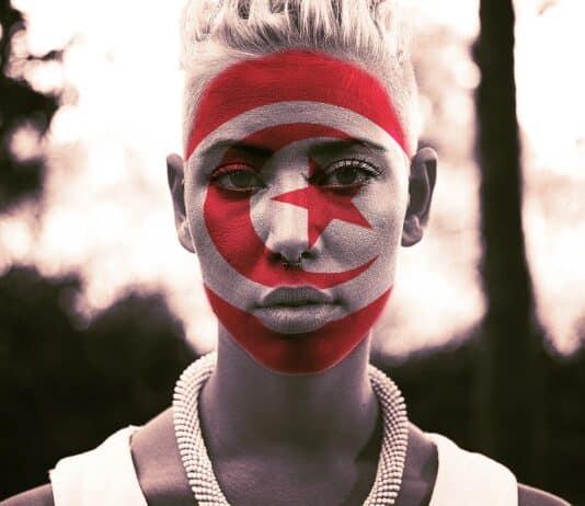 Une militante lors de la journée de la femme en Tunisie