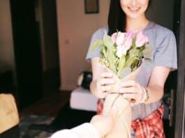 une femme qui obtient des fleurs le 8 mars