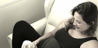 femme enceinte sur un canapé