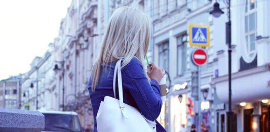 femme avec un sac à main porté épaule
